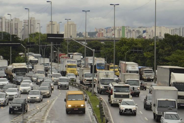 Trânsito e risco de alagamentos na marginal Tietê. (Foto: Rovena Rosa/Agência Brasil)