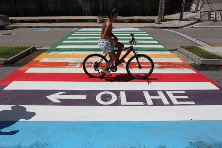 Faixas de pedestres na avenida Beira-Mar, em Fortaleza, foram coloridas (Foto: FÁBIO LIMA)