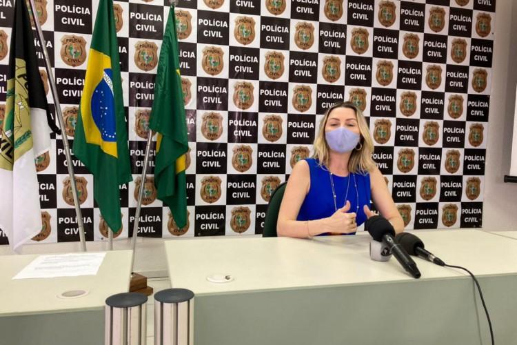 Delegada Patrícia Sena em coletiva no Departamento de Homicídios e Proteção à Pessoa (DHPP) (Foto: Foto: Angélica Feitosa/O POVO)