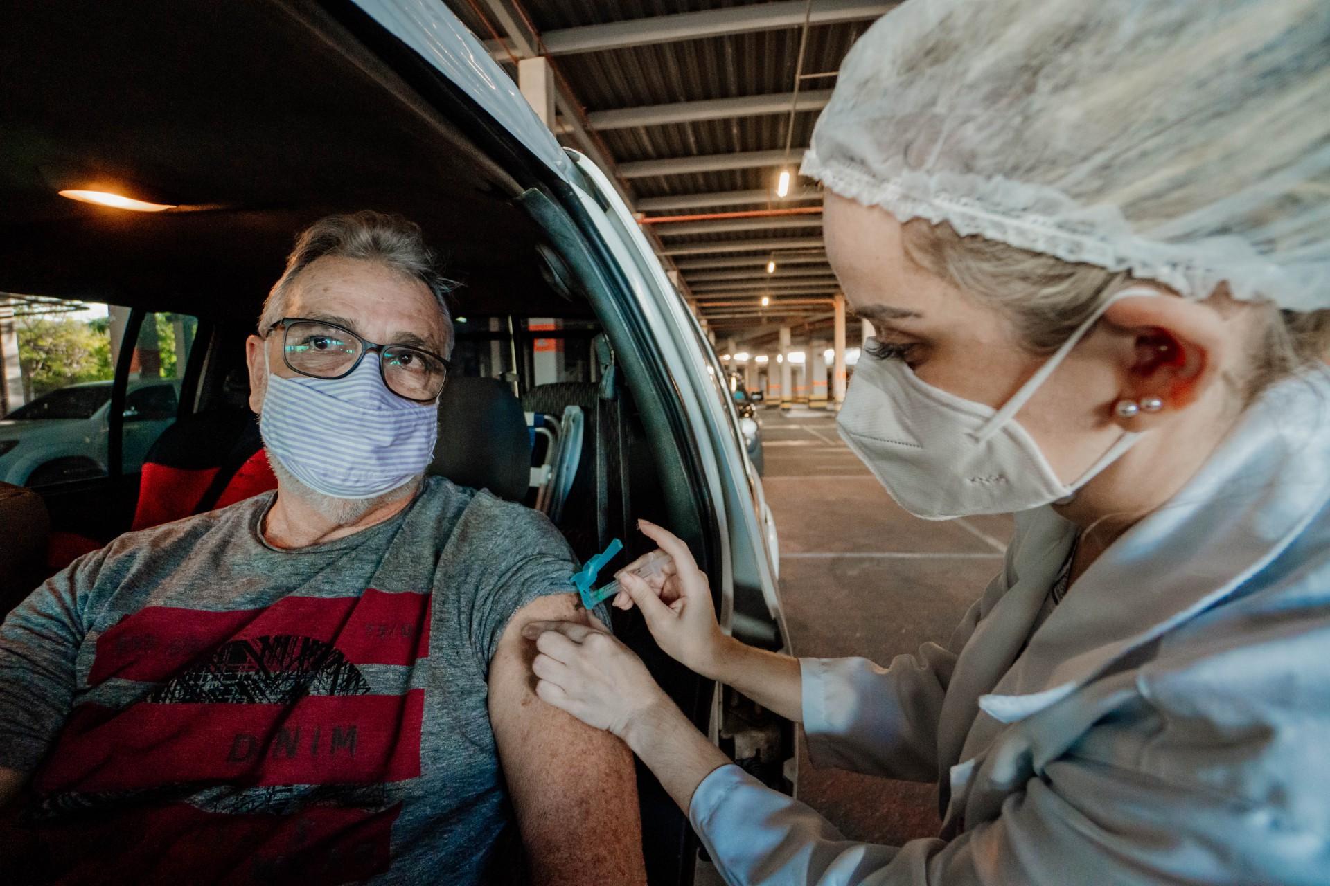 Ah! É importante acompanhar as notícias. Pela falta de vacina, a aplicação da 2ª pode chegar a ser adiada.
