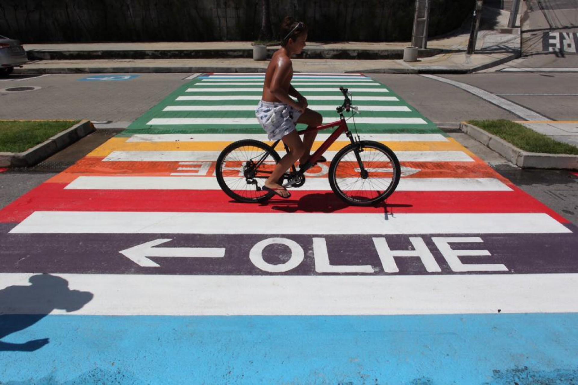 Faixas de pedestres na avenida Beira-Mar, em Fortaleza, foram coloridas