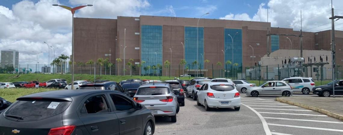 Fim do estoque de vacinas provocou corrida de quem estava no fim do prazo para receber segunda dose ao Centro de Eventos, na última quinta-feira, 29, em Fortaleza (Foto: JL Rosa/O Povo)