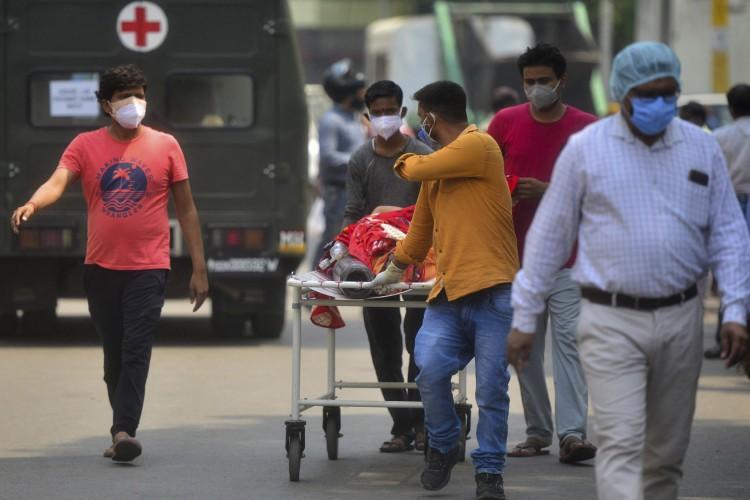 Membros da família trazem um parente que sofre de Covid-19 para um hospital em Allahabad em 29 de abril de 2021 (Foto: SANJAY KANOJIA / AFP)
