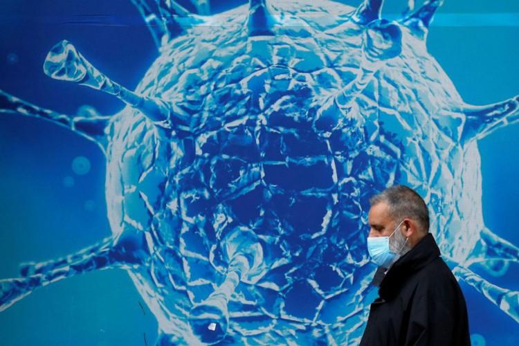 Ilustração do coronavírus em Oldham, no Rei.03/08/2020.REUTERS/Phil Noble (Foto: REUTERS/Phil Noble)
