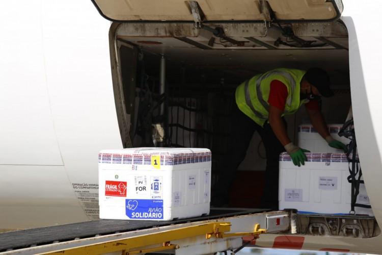 Novo lote de vacinas contra a Covid-19 chega ao Ceará nesta quinta-feira, 29 (Foto: Tatiana Fortes/Governo do Ceará)