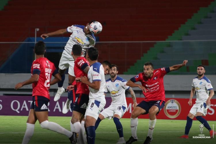 Jogadores disputam bola na partida Jorge Wilstermann x Bolíviar, no estádio Felix Capriles, pela Copa Sul-Americana (Foto: Divulgação/Bolívar)