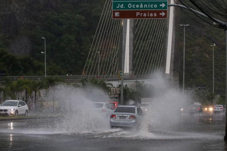 Frente fria traz tempestade, ventania e causa alagamentos no Rio de Janeiro. Avenida Armando Lombardi com bolsão d'água prejudica o trânsito de veículos e pedestres na Barra da Tijuca. (Foto: Fernando Frazão/Agência Brasil)