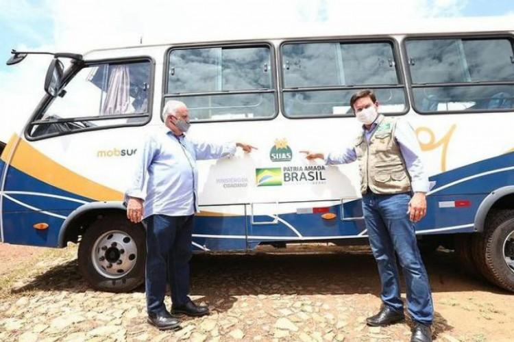 A entrega dos micro-ônibus foi para compor a rede de estrutura de Mobilidade no Sistema Único de Assistência Social (MobSUAS) no Estado (Foto: Reprodução/ Instagram)