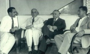 José Caminha, primeiro à esquerda, em conversa com os historiadores Gustavo Barroso e Raimundo Girão, além do seu primo, Dr. Valdir Liebmann, no O POVO, em 1950
