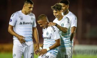 O Grêmio bateu o Lanús por 2 a 1 e assumiu a liderança do grupo H