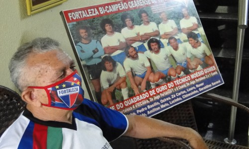 Na entrevista concedida ao O POVO, Geraldino fez questão de colocar ao seu lado o quadro do time do Fortaleza campeão cearense em 1974(Foto: Luciano Cesário)