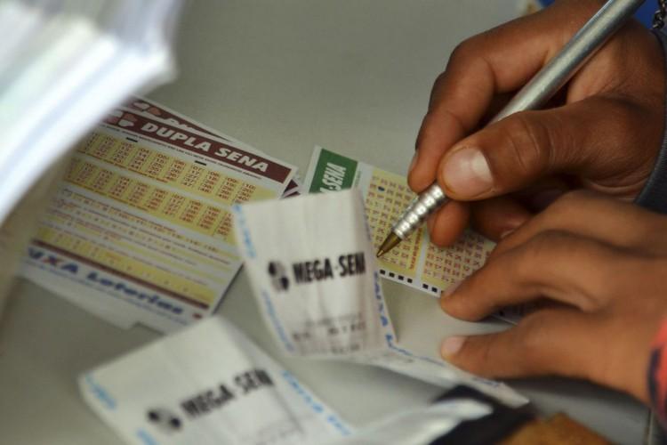 Brasília - Movimentação nas lotéricas às vésperas do sorteio da Mega-Sena da Virada (Wilson Dias/Agência Brasil) (Foto: Wilson Dias/Agência Brasil)