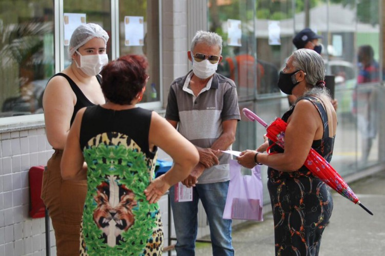 Vacinação no Cuca Mondubim. (Foto: Fabio Lima/O Povo)