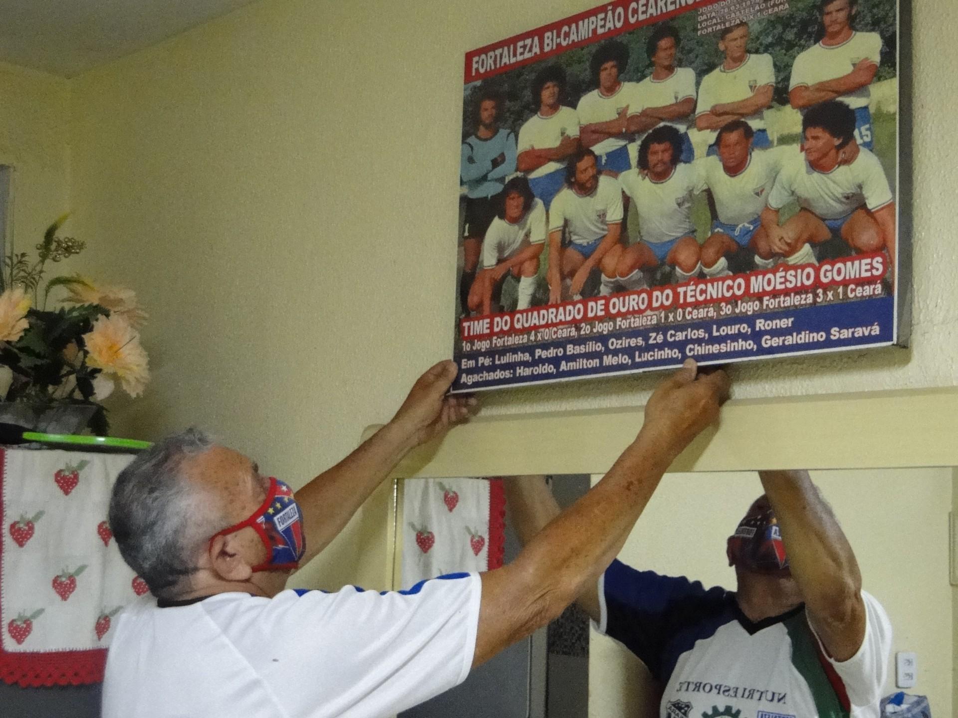 Geraldino Saravá guarda na parede de sua casa o quadro do time do Fortaleza de 1974, campeão do cearense daquele ano(Foto: Luciano Cesário)