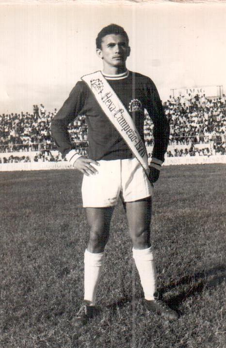 Geraldino exibe faixa de campeão, pelo Icasa, em 1970, ainda na categoria futebol amador(Foto: acervo pessoal)