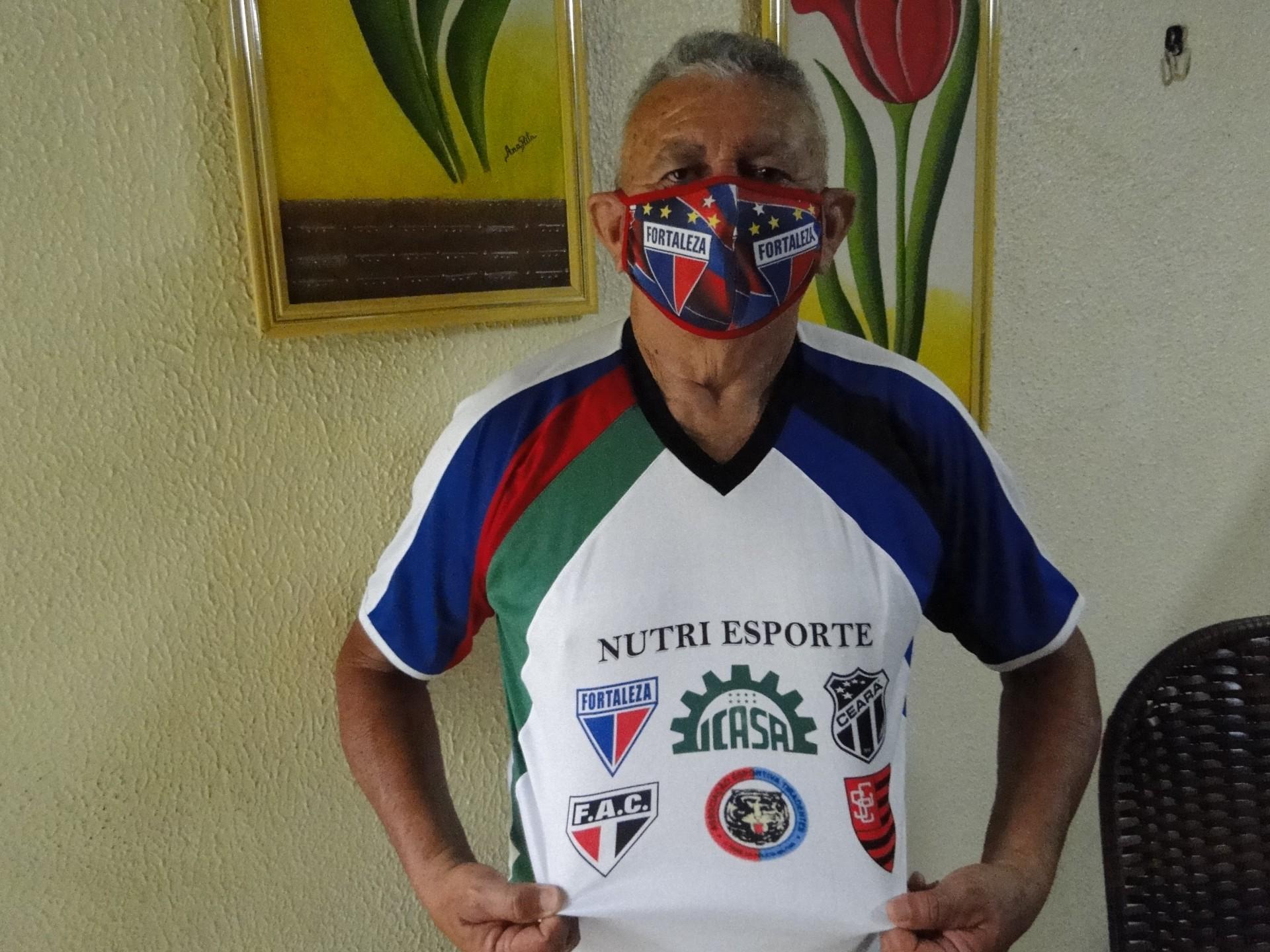 Geraldino Saravá exibe camisa que estampa símbolo dos seis clubes onde ele atuou como jogador profissional: Fortaleza, Icasa, Ceará, Ferroviário, Tiradentes e Sampaio Corrêa(Foto: Luciano Cesário)