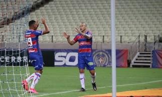 Atacante Wellington Paulista comemora gol no jogo Fortaleza x Caucaia, na Arena Castelão, pelo Campeonato Cearense