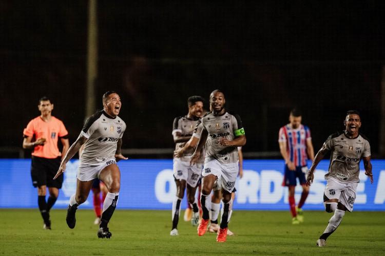 Atacante Jael (esquerda) comemora muito. Ele foi fundamental para a vitória (Foto: Lucas Figueiredo/CBF)