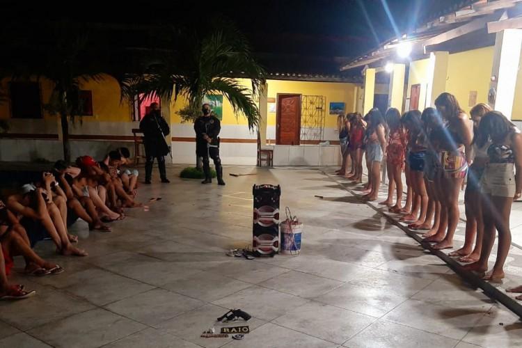 Polícia Militar encerra festa clandestina e conduz 30 pessoas à delegacia em Horizonte, no Ceará  (Foto: PM-CE / Divulgação)