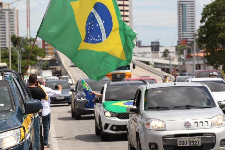 Manifestantes demonstram apoio a Bolsonaro e insatisfação com medidas de contenção a disseminação da Covid-19 (Foto: Fábio Lima / O POVO)