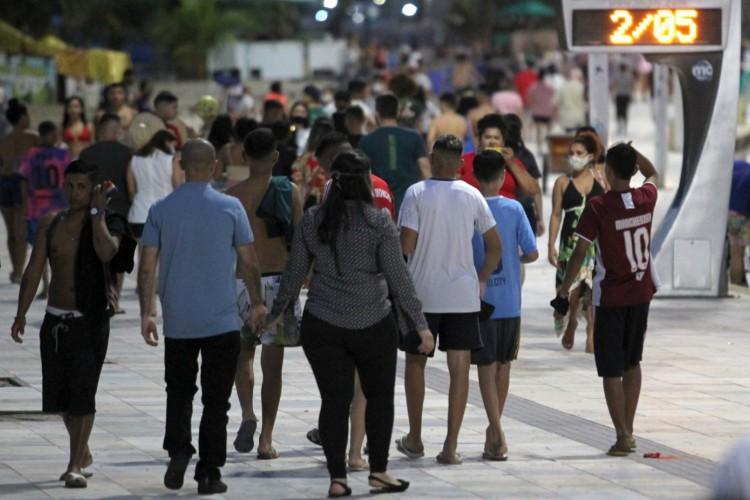 Ainda em isolamento rígido, domingo foi marcado por aglomerações na avenida Beira Mar, em  Fortaleza (Foto: Fábio Lima/ O Povo)