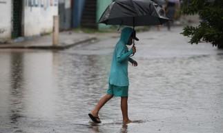 FORTALEZA,CE, BRASIL, 03.05.2021: Chuva nesta manhã causa transtornos para a população.  Bairro Tancredo Neves.  (Fotos: Fabio Lima/O POVO)