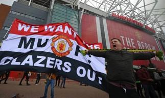 Manchester United e Liverpool tiveram o confronto adiado após a torcida dos Red Devils invadirem o Old Trafford pedindo a saída da família Glazer