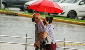 FORTALEZA, CE, BRASIL, 03.05.2021: Vacinação no centro de eventos. Idoso que foram aplicar a segunda dose da coronavac ainda enfretaram  chuva (Foto: Thais Mesquita/OPOVO)