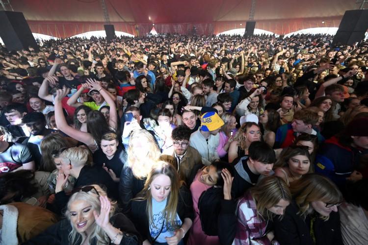 Os frequentadores assistem ao show do The Lathums em um concerto de música ao vivo organizado pelo Festival Republic em Sefton Park em Liverpool, noroeste da Inglaterra em 2 de maio de 2021 (Foto: Paul ELLIS / AFP)