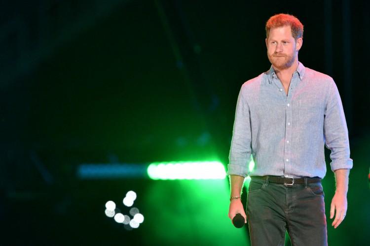 O copresidente da Grã-Bretanha Príncipe Harry, Duque de Sussex, chega ao palco para falar durante a gravação do concerto de arrecadação de fundos