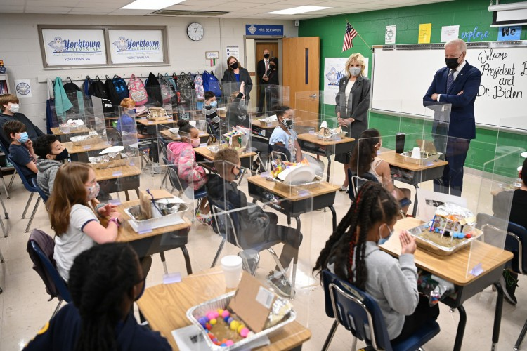 O presidente dos EUA Joe Biden (R) e a primeira-dama Jill Biden (C) visitam a sala de aula da professora da quinta série Cindy Bertamini, na Yorktown Elementary School em Yorktown, Virgínia, em 3 de maio de 2021 (Foto: MANDEL NGAN / AFP)