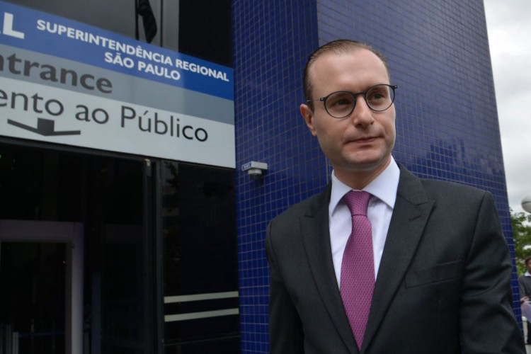 São Paulo - O advogado Cristiano Zanin Martins entregou o passaporte do ex-presidente Luiz Inácio Lula da Silva na Superintendência Regional da Polícia Federal, região oeste (Rovena Rosa/Agência Brasil) (Foto: Rovena Rosa/Agência Brasil)