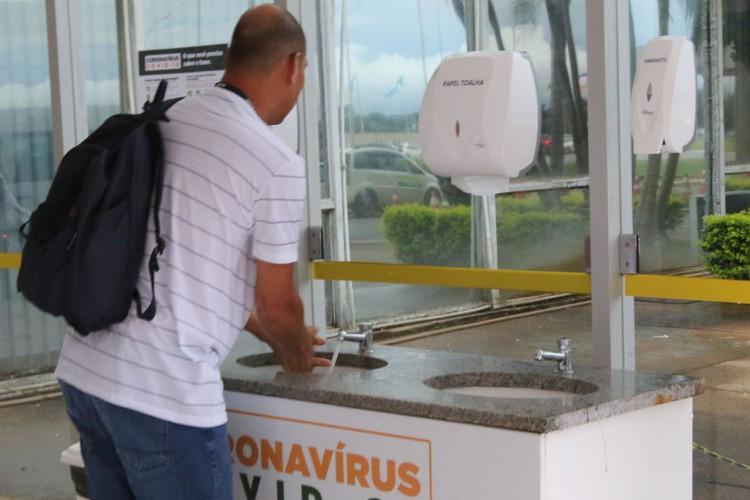 Ministério da Saúde instala pia na entrada do prédio para a higienização das mãos (Foto: Fabio Rodrigues Pozzebom/Agência Brasil)