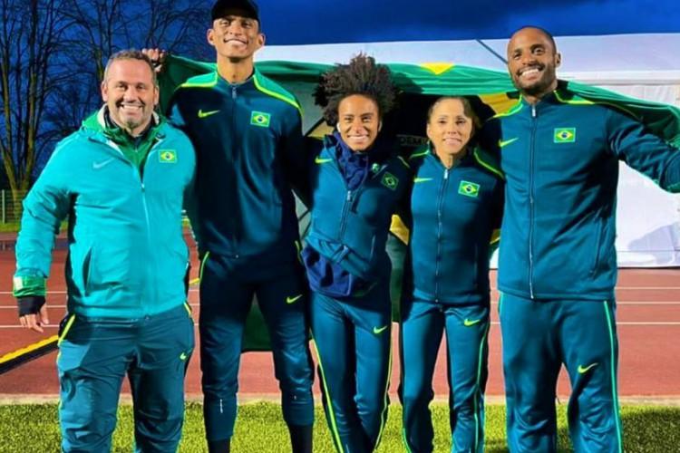 Brasileiros comemoram medalha de prata em Campeonato Mundial de Revezamentos (Foto: Fernando Reis / CBAt)