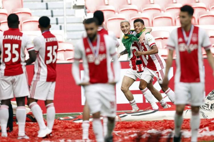 Os brasileiros David Neres e Anthony foram um dos destaques do Ajax na conquista do título (Foto: Maurice van Steen / ANP / AFP)