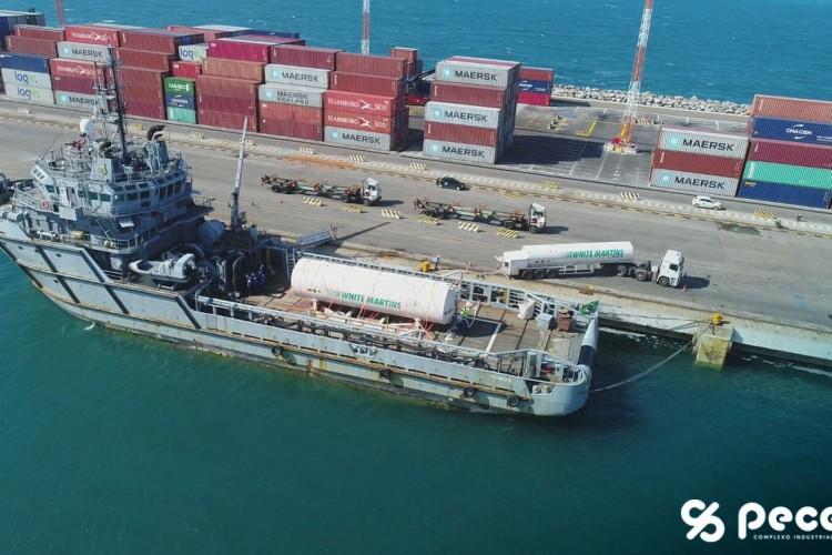 Embarcação da Marinha do Brasil com o oxigênio líquido (Foto: Reprodução LinkedIn)