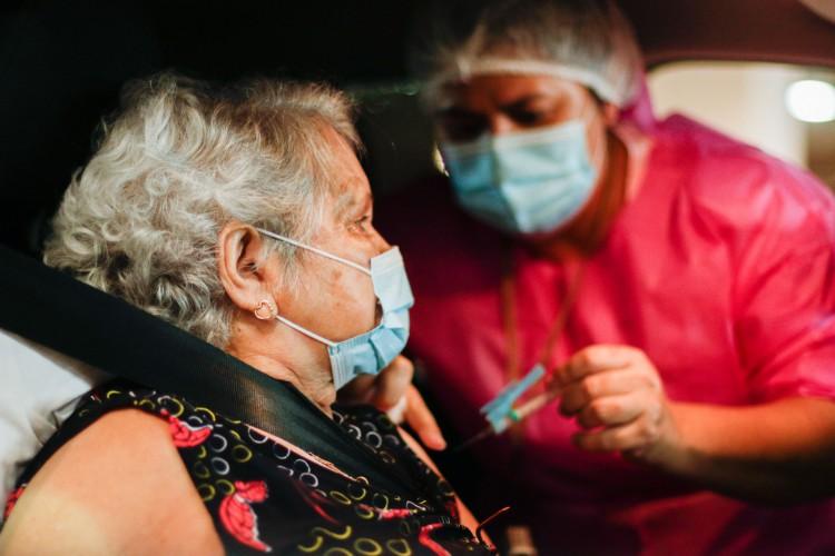 Prefeitura reforça que idosos precisam estar cadastrados no Saúde Digital antes de comparecer aos pontos de vacinação (Foto: Thais Mesquita)