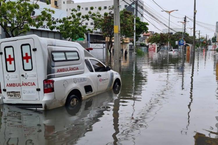Ambulância encalha durante chuva em Fortaleza  (Foto: Fco. Fontenele/ O POVO)