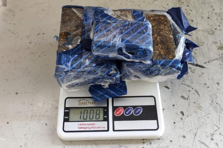 Um total de 1,08 quilo de maconha foi apreendido junto a um aparelho de som em uma encomenda envidada pelos Correios (Foto: Receita Federal)