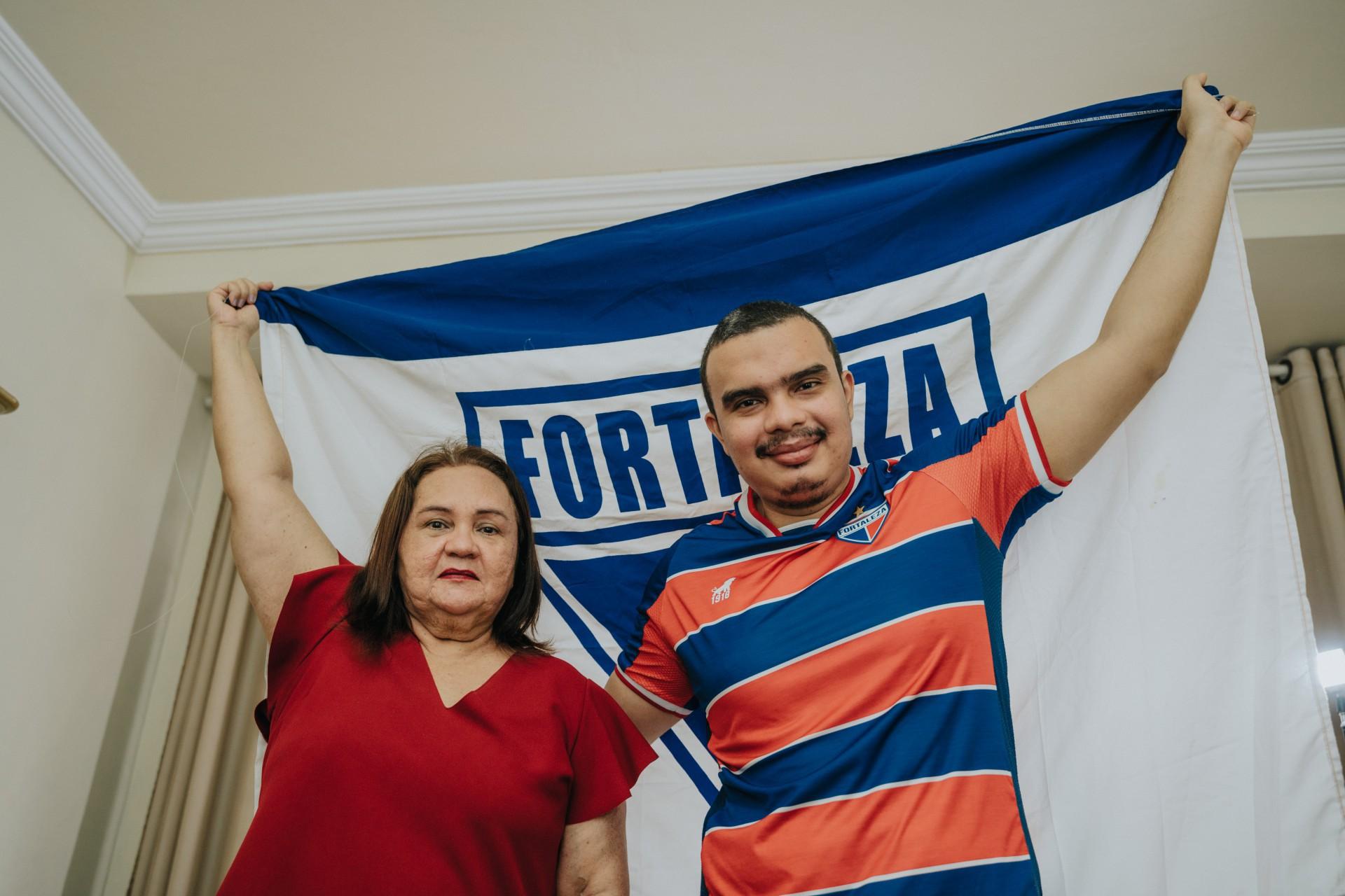 Caio Fernandes, torcedor do Fortaleza, e mãe, Cleide Fernandes