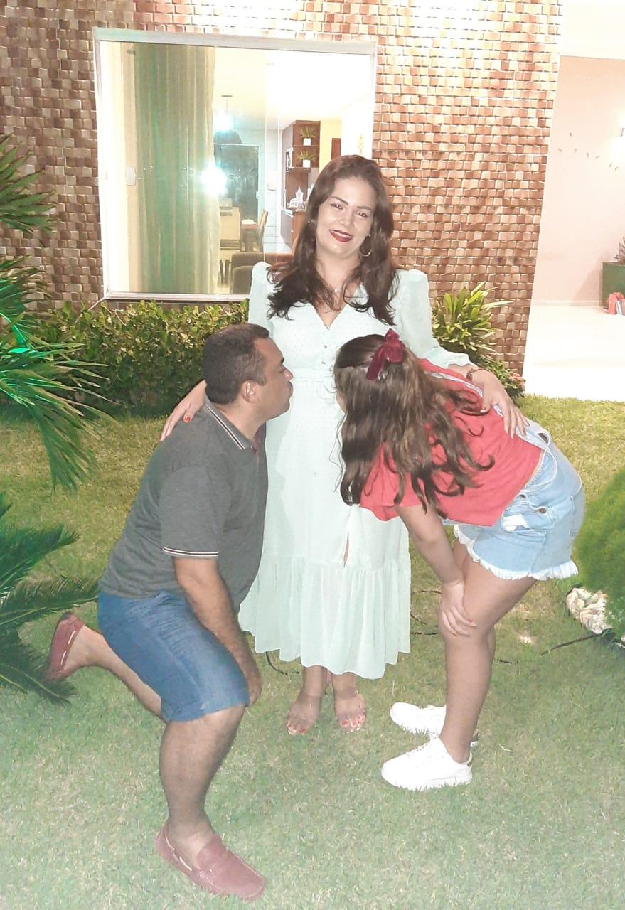 A professora Charliane Dias, 35, e o marido Antônio Márcio Lima Carvallho, 43, com a primeira filha Thays Dias Carvalho, 17. Charliane espera Laura.