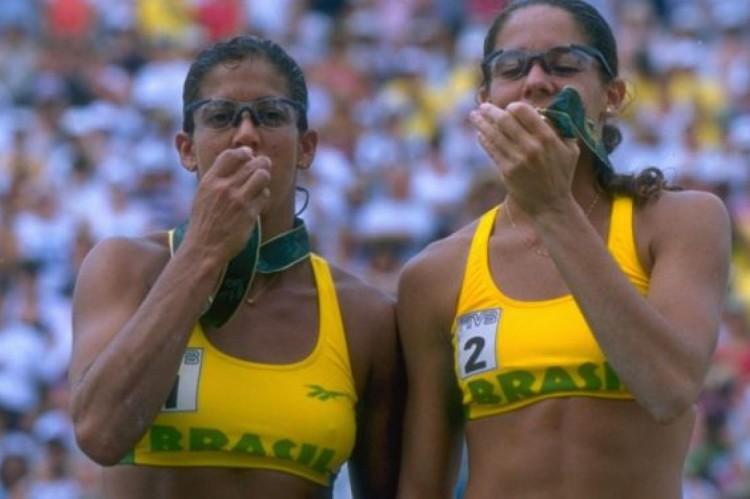 Jackie Silva e Sandra Pires comemoram o ouro em Atlanta-1996