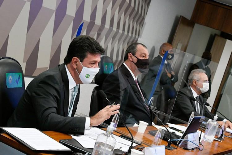 Ex-ministro Luiz Henrique Mandetta depõe na CPI da Pandemia ao lado dos senadores Omar Aziz e Renan Calheiros (Foto: Agência Senado)