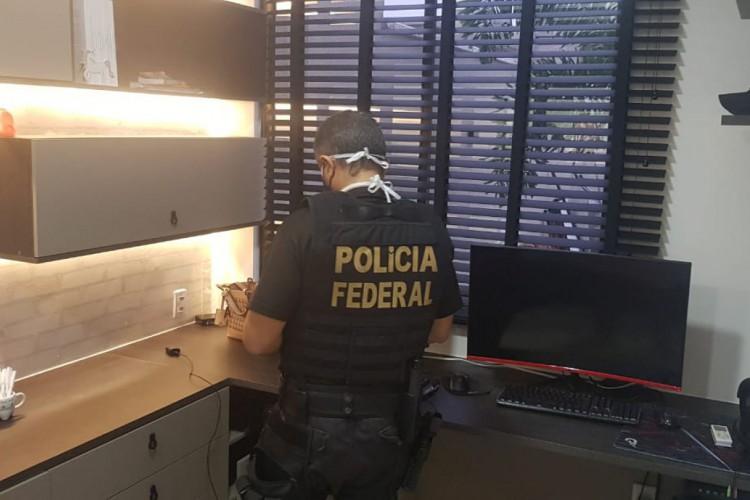 PF cumpre mandados de busca e apreensão em casa no Eusébio de homem suspeito de integrar quadrilha internacional responsável por desvios de dinheiro em contas bancárias de Portugal (Foto: Polícia Federal)