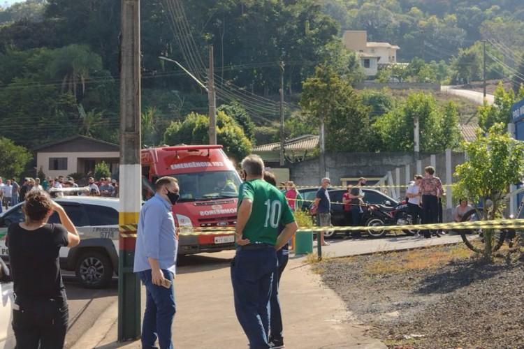 Adolescente invade escola e mata crianças no Oeste de SC. (Foto: Simone Fernandes)