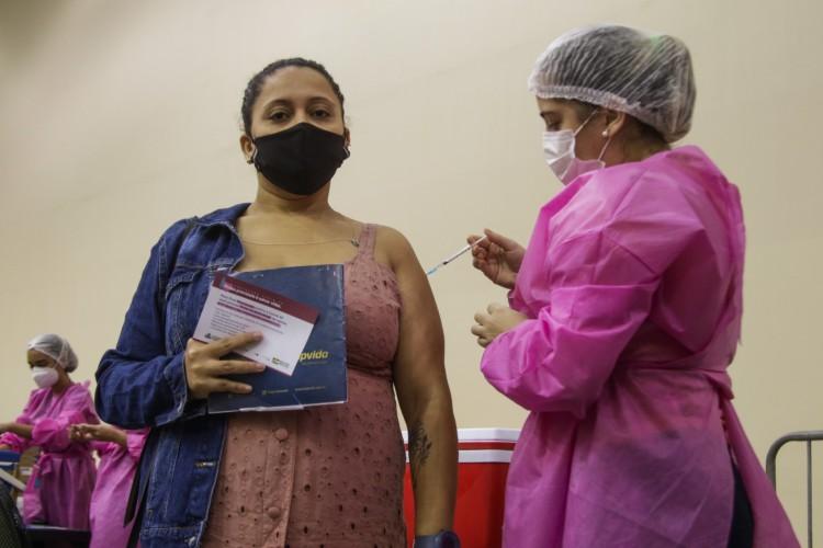 Antes do público-geral, Fortaleza teve vacinação dos grupos prioritários: pessoas com comorbidades, gestantes, cardíacos e diabéticos (Foto: Thais Mesquita/OPOVO)
