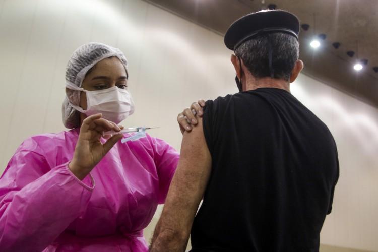 Especificações de cada comorbidade abrangida na fase 3 da vacinação contra a Covid estão no Plano Municipal de Vacinação. Vacinação dessas pessoas com comorbidades teve início na última quarta-feira, 5 (Foto: Thais Mesquita/ O POVO)