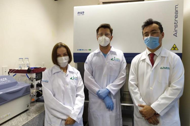 Pesquisadores Izabel Guedes, Maurício van Tilburg e Ney Carvalho Almeida trabalham vacina contra Covid-19    (Foto: Acervo Pessoal)