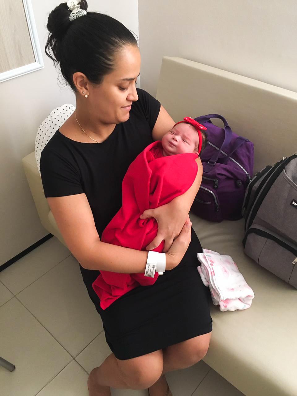 Ana Carolina na saída da maternidade com sua filha Ana Lílian. (Foto Arquivo Pessoal)