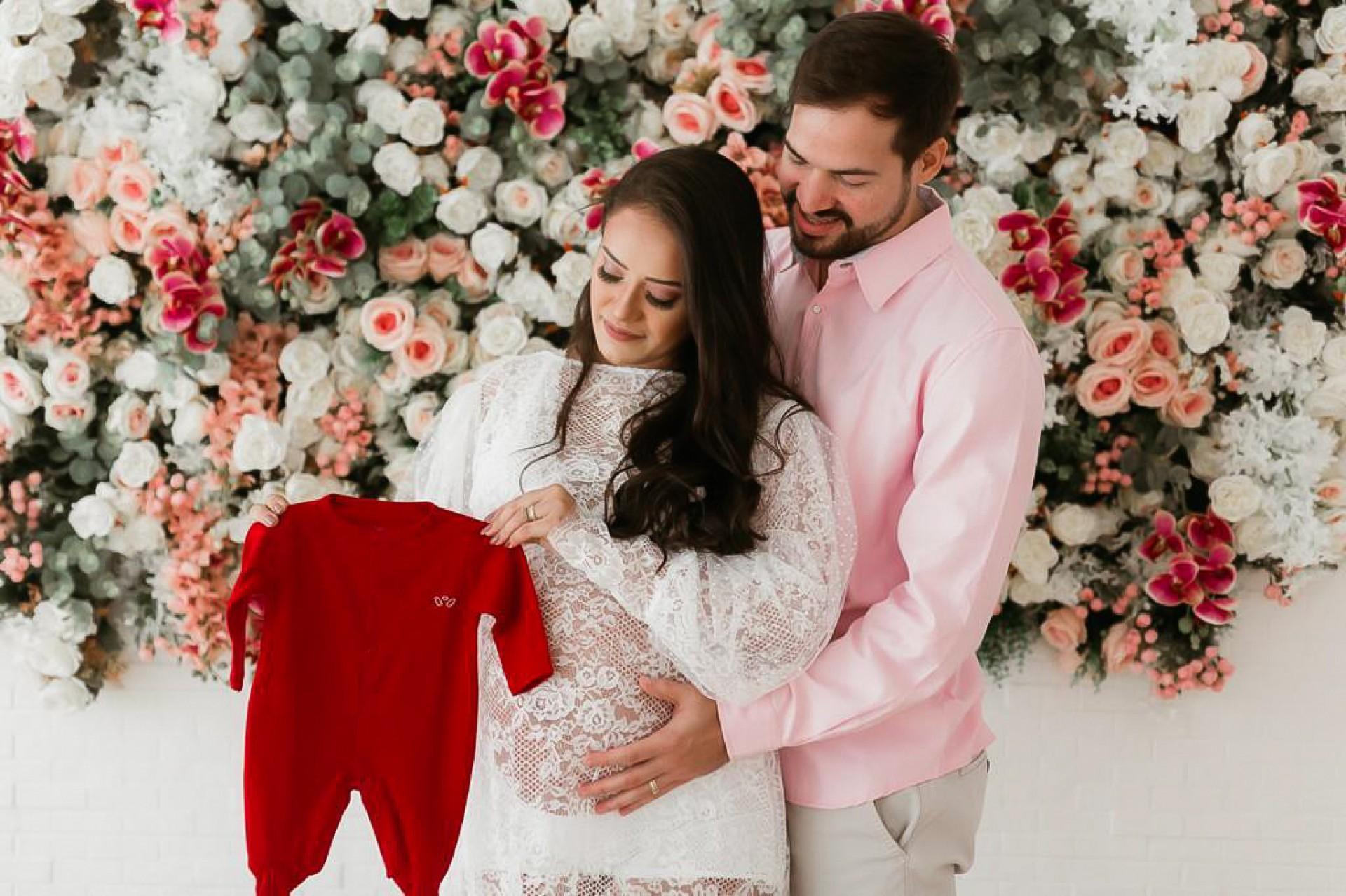 Ana Carolinagrávida ao lado do seu marido José Saulovivendo a expectativa da chegada da filha